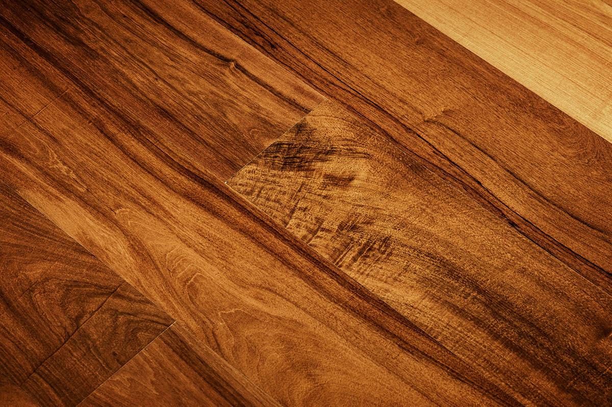 Czym pomalować podłogę sosnową.