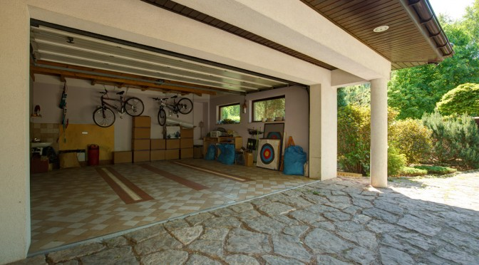 Malowanie ścian i sufitu w garażu.