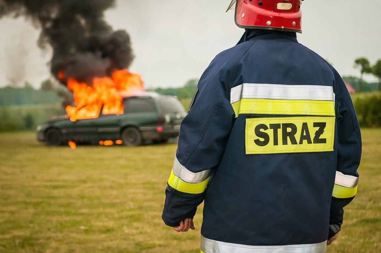 strażak i płonące auto